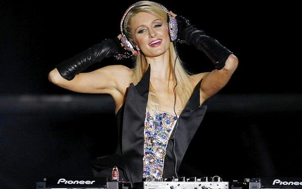 Paris Hilton durante un DJ set