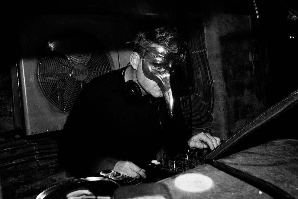 Il DJ Claptone sarà uno degli headliners live della seconda fase