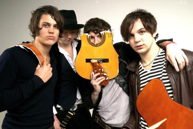 Gruppo inglese The Kooks con chitarra sfasciata