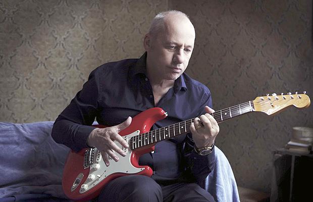 Mark Knopfler con la chitarra in mano