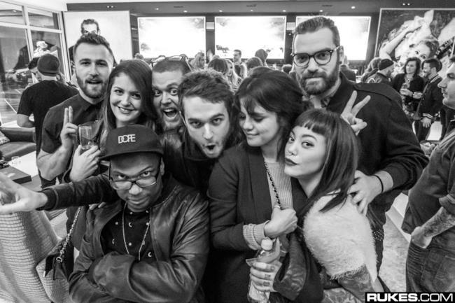Lo scatto in bianco e nero con alcuni dei protagonisti della serata, come Zedd e Selena Gomez