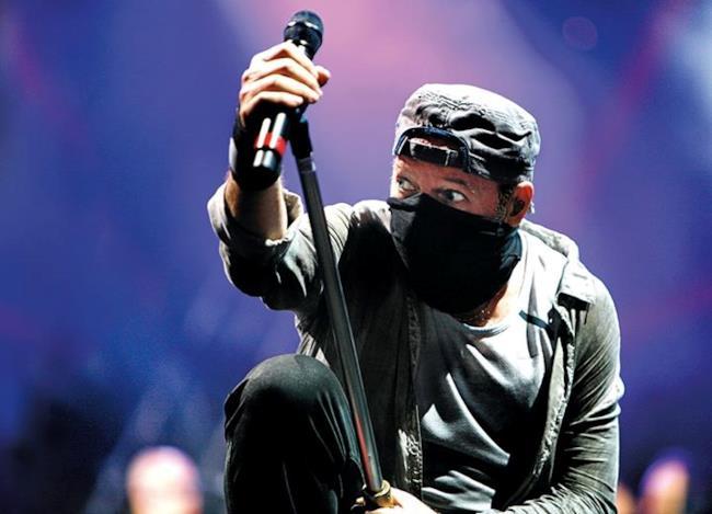 Foto Vasco con microfono e cappellino
