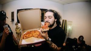 Intervista a Deorro, mangia una pizza