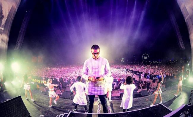 DJ Snake che messaggia sullo stage