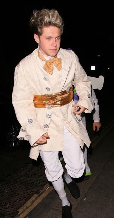 Niall Horan vestito da principe Azzurro