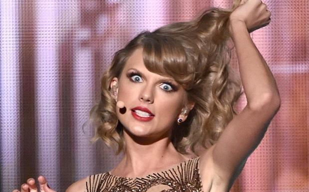 Taylor Swift con un'espressione spaventata e arrabbiata