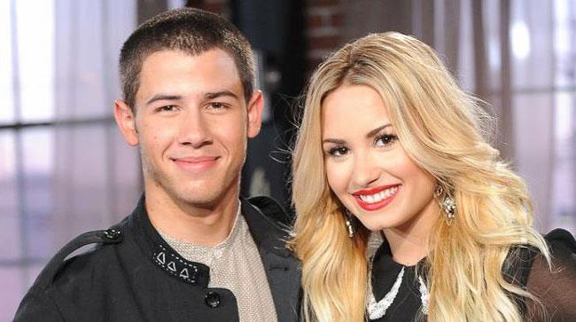 Primo piano di Nick Jonas e Demi Lovato