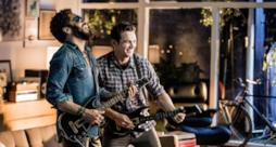 Lenny Kravitz, cantante statunitense e James Franco, attore, nello spot di Guitar Hero Live