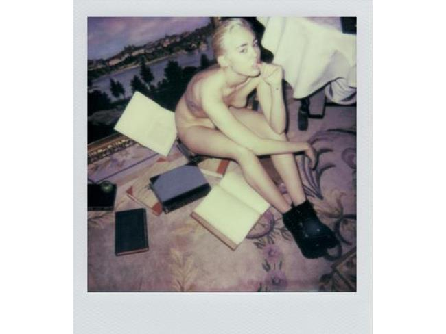 Miley Cyrus seduta nuda per terra