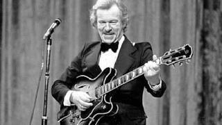 Addio a Bert Weedon, il chitarrista che insegnò a suonare a McCartney, Clapton e Brian May