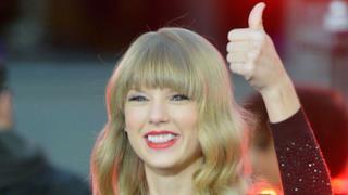 Taylor Swift con il pollice alzato