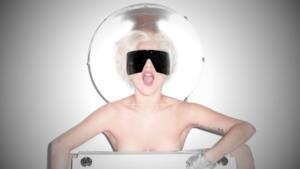 Lady Gaga posa nuda dietro ad uno stereo