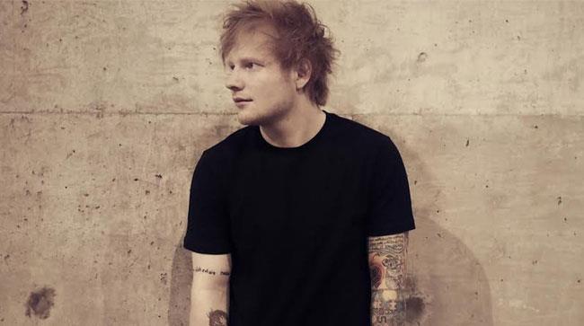 Ed Sheeran con una maglietta nera