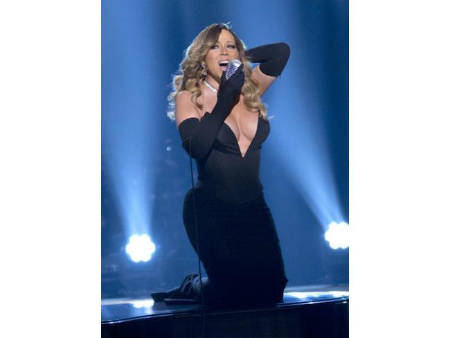 Mariah Carey in vestito nero con maxi décolleté