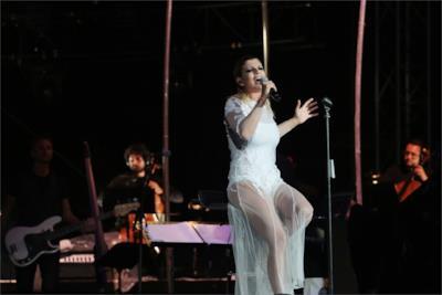 Emma Marrone con l'abito bianco di Francesco Scognamiglio