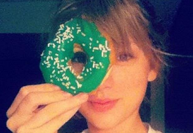 Taylor Swift con una cimabella intorno all'occhio destro