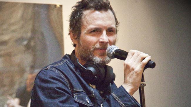 Primo piano Jovanotti con cuffie e microfono
