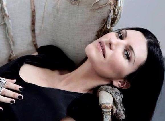 Laura Pausini distesa sul divano