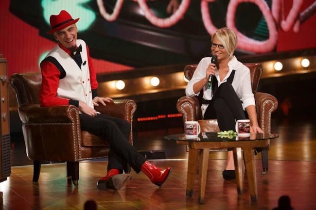 J-Ax e Maria De Filippi nel programma tv Sorci Verdi