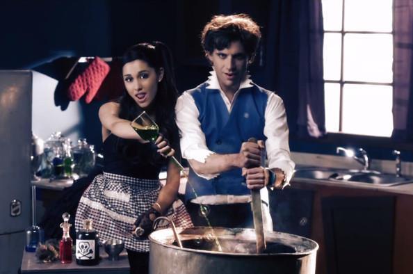 Mika e Ariana Grande nel video di Popular Song