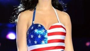 Cantanti vestiti con la bandiera americana