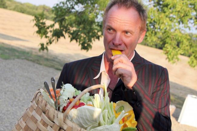 Sting raccoglie verdura nella sua villa toscana Il Palagio