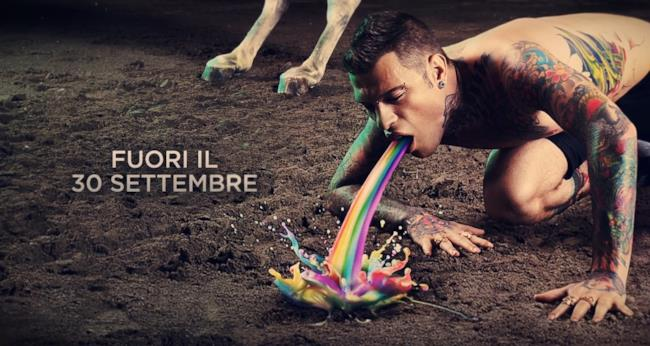 Fedez vomita arcobaleno nella cover di Pop-Hoolista