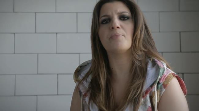 Deborah Iurato nel videoclip di Piccole Cose