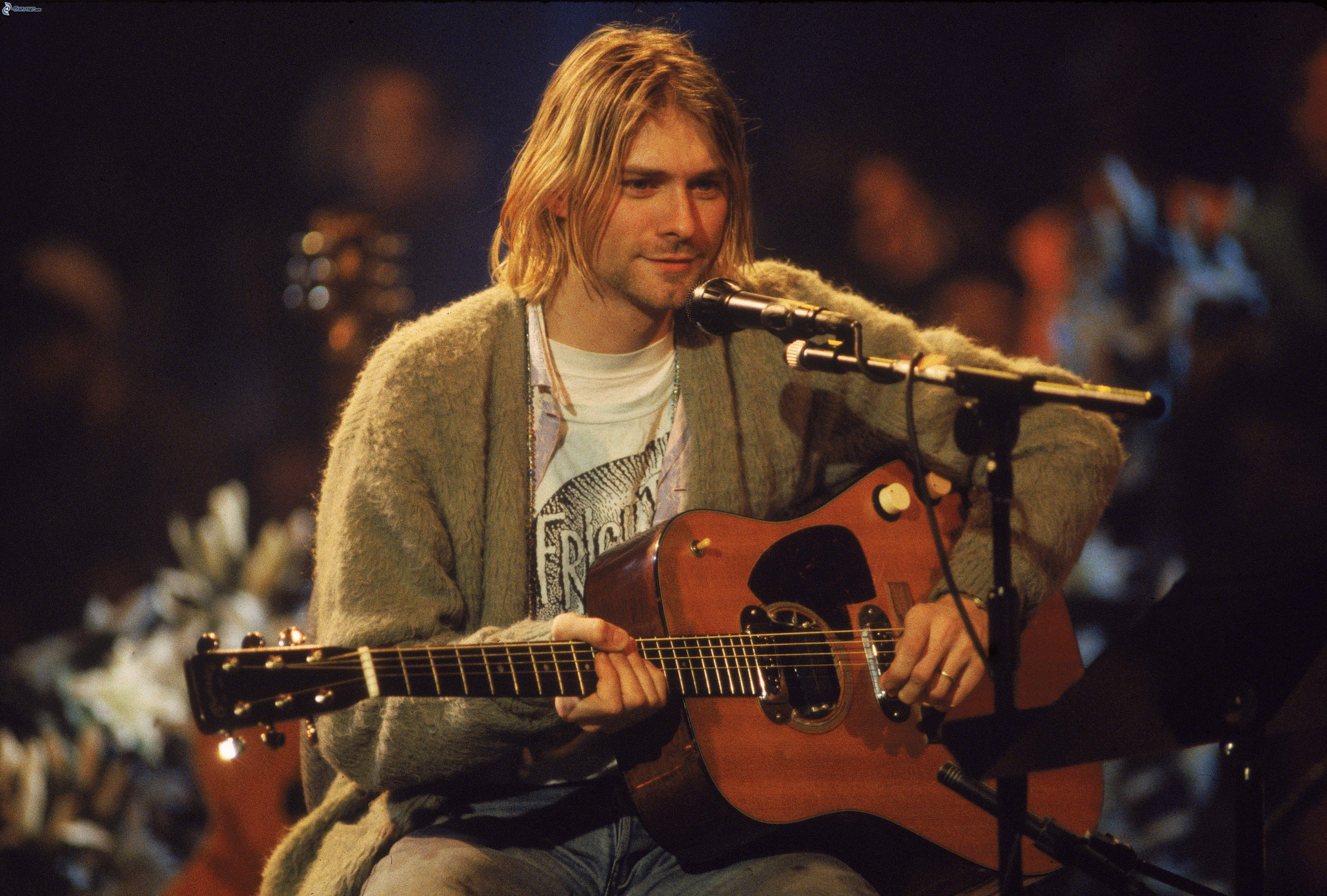 Kurt Cobain con la chitarra sul palco dell'MTV Unplugged 1993 dei Nirvana