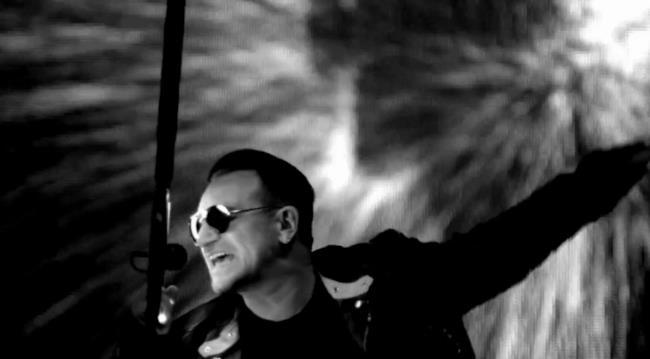 Bono canta Invisible con microfono circolare