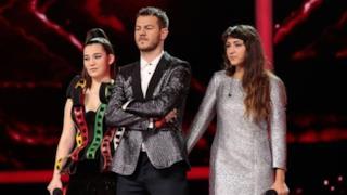 Il conduttore Alessandro Cattelan con Vivian e l'eliminata Camilla
