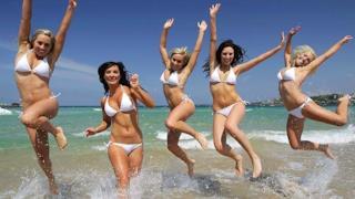 Belle ragazze in bikini al mare d'estate