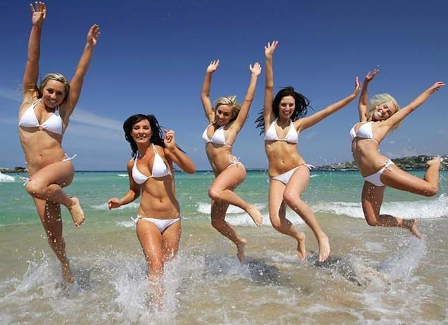 Belle ragazze in bikini al mare d'estate