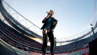 Chris Martin dei Coldplay all'Emirates Stadium di Londra