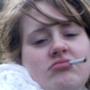 Adele con una sigaretta in bocca