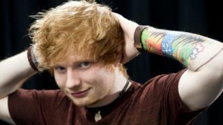 Ed Sheeran con le mani dietro la testa