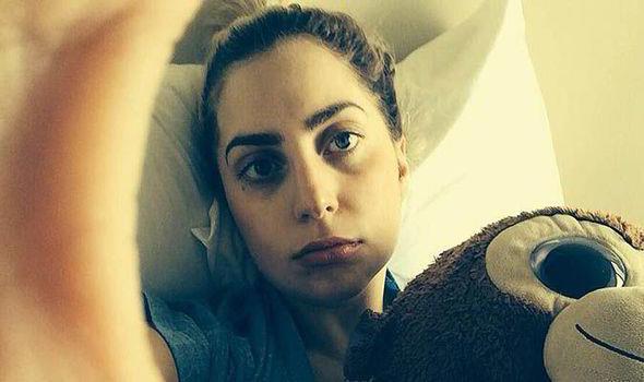 Lady Gaga selfie a letto con peluche