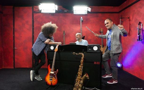 Elio con Davide Sciortino a X Factor 9 durante l'assegnazione dei brani