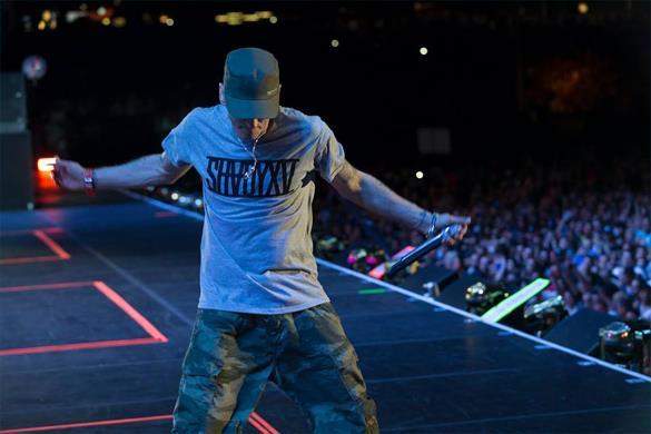 Eminem con la maglietta Shady XV