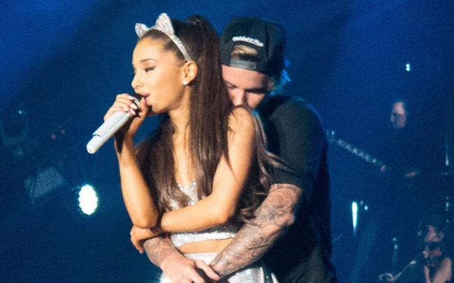 Justin Bieber abbraccia Ariana Grande sul palco di Houston