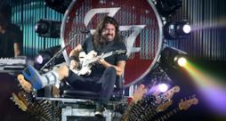 Dave Grohl sul trono di chitarre.