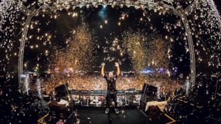 Scintille su scintille per il DJ N° 1 al mondo.