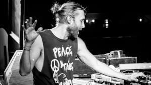 David Guetta in console durante un concerto