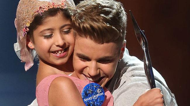 Justin Bieber ai Young Hollywood Awards con la piccola fan Grace