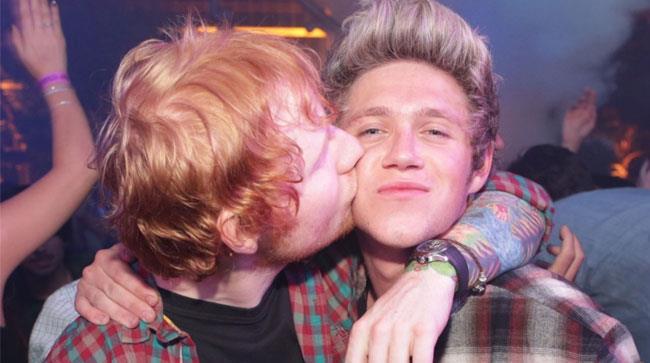Ed Sheeran bacia sulla guancia Niall Horan dei One Direction