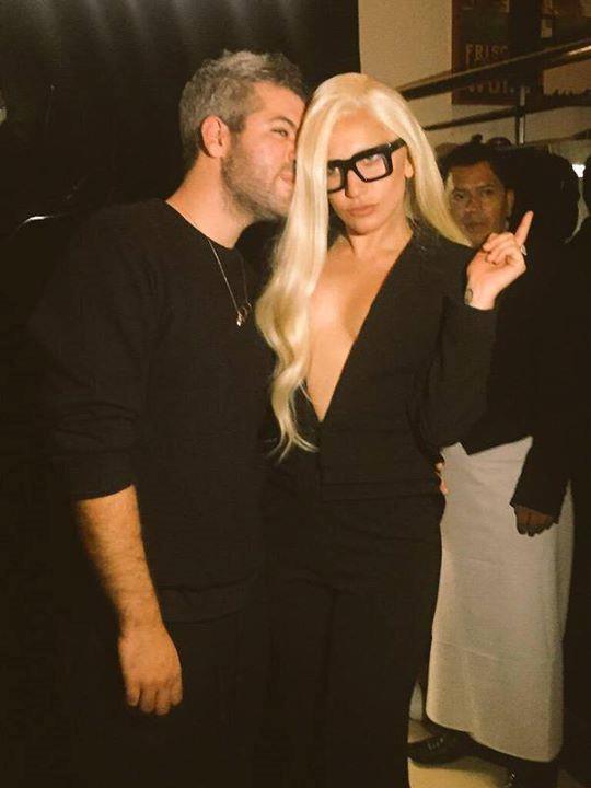 Lady Gaga, scollatura fino all'ombelico
