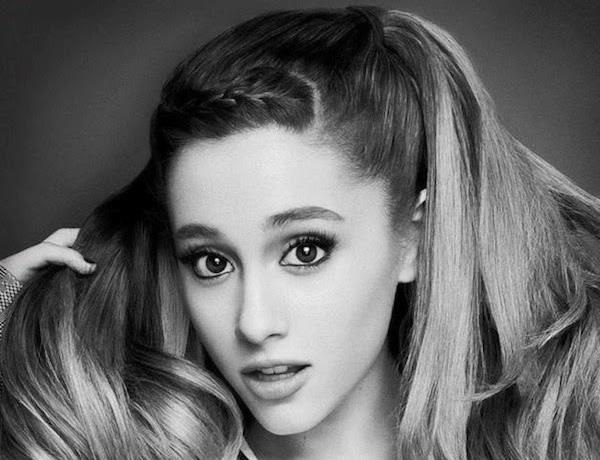 Ariana Grande con gli occhi sgranati
