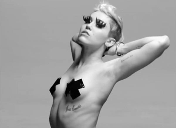 Miley Cyrus in topless ma con nastro adesivo sui capezzoli