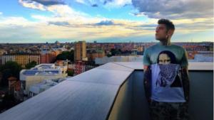 Fedez guarda Milano dalla terrazza del suo nuovo appartamento