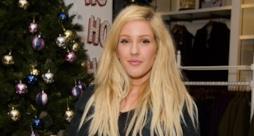 Ellie Goulding con albero di Natale